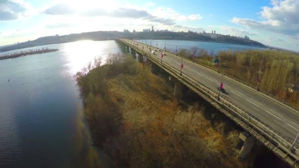 Vista aérea de hermoso paisaje otoñal, coches en el puente sobre el río — Vídeo de stock
