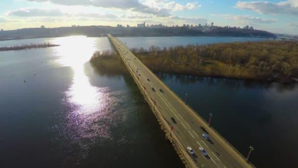 Bright sunny day in big city, transport bridge across river — Vídeo de stock
