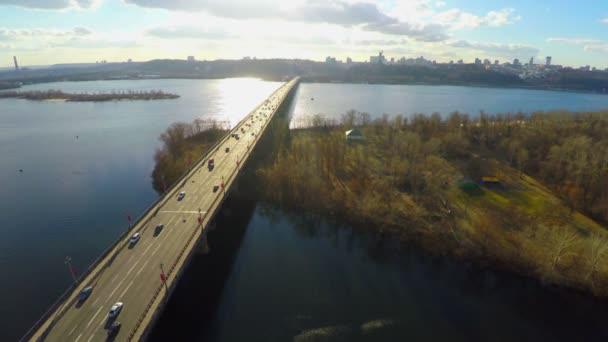 Aerial view of park, bridge across river, city panorama — Vídeo de stock