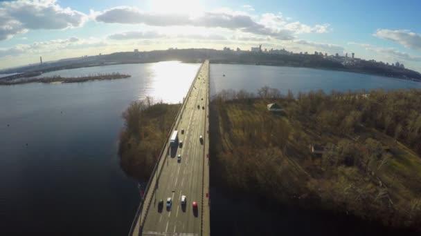Vista aérea del panorama de la ciudad, sol brillando, ancho río — Vídeo de stock