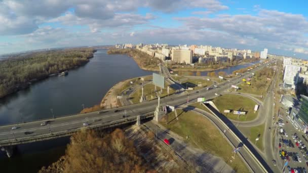 Vista desde el helicóptero de tráfico de la ciudad, infraestructura de transporte — Vídeo de stock