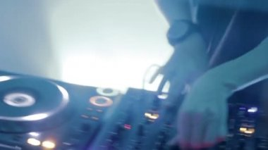 DJ performing at night club, dancing, mixing music at turntable — Stockvideo