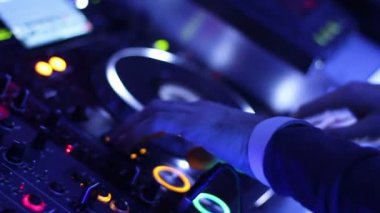 Male DJ hands pressing buttons on control deck, platter turning — 图库视频影像