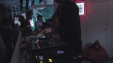 Nightclub atmosphere, DJ set at club, barman serving drinks — Stock Video