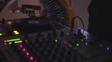 DJ playing records on turntable, barmen working on background — Stock Video