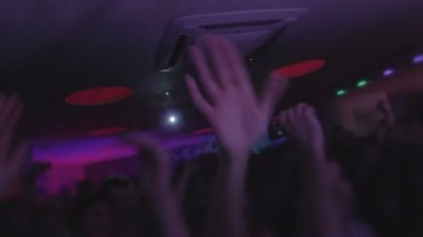 Crowd at nightclub, dancing, enjoying music, waving hands — Stock Video