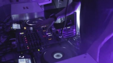 Male DJ hands playing tracks on turntable, mixing music, sounds — Stockvideo