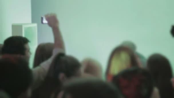 Atmósfera de club de noche, discoteca, la gente bailando, performance de dj — Vídeo de stock