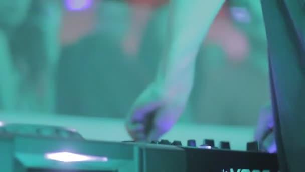 Jugar expedientes de Dj en el club de noche, disfrutando de la música, la gente del partido — Vídeo de stock