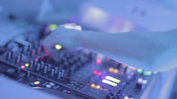 Jugar pista de discoteca pública, gente disfrutando de sonido Dj — Vídeo de stock