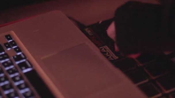 DJ playing music at turntable at nightclub, switching controls — Vidéo