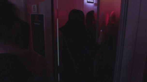 Young people entering, leaving night club, open, close door — Vidéo