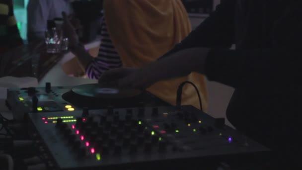 Dj en discoteca, rayar el plato, jugando expedientes — Vídeo de stock
