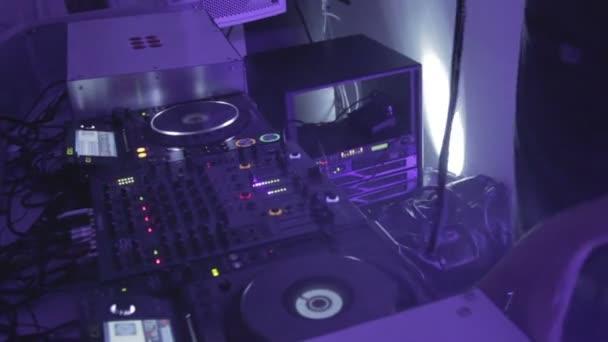 Hombres manos de Dj reproducción de pistas en la tornamesa, mezclando música, sonidos — Vídeo de stock