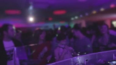 Crowd of young men, women enjoying DJ performance, guys dancing — Stock Video