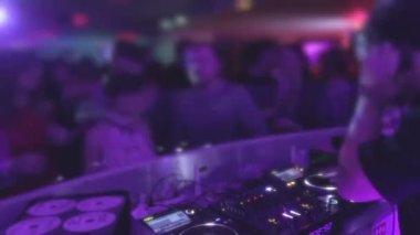 Deejay entertaining public, playing music, nightclub atmosphere — Stock Video