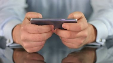 Male hands playing game on smart phone, fingers touching screen — Stock Video