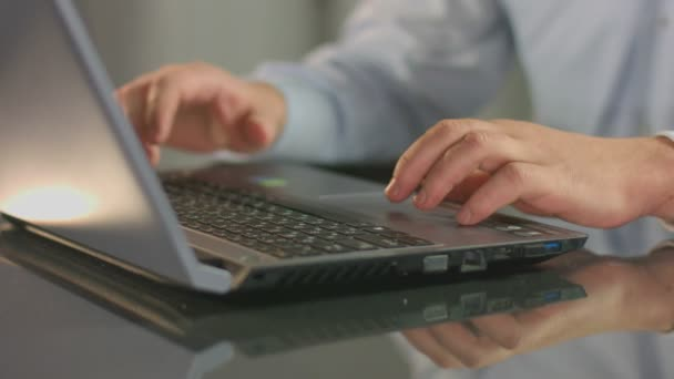 Male hands typing on laptop, guy working at office overtime — Vídeo de stock