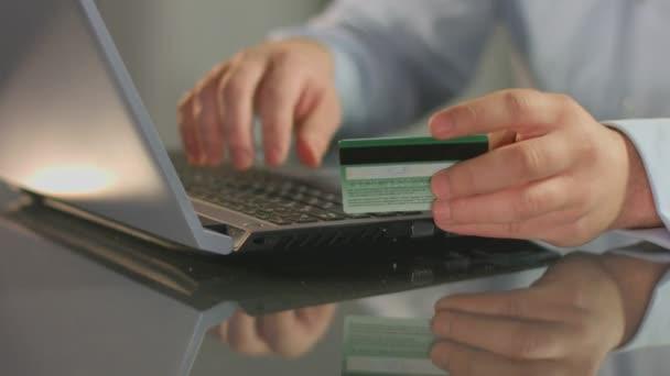 Hombre paga factura, compras en línea, Insertar número de tarjeta de crédito — Vídeo de stock