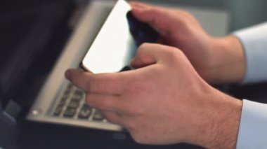 Male hands scrolling photos, browsing internet on smart phone — Vídeo de stock