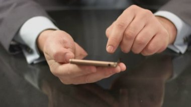 Top manager, boss typing text on smartphone, sending message — Vídeo de stock