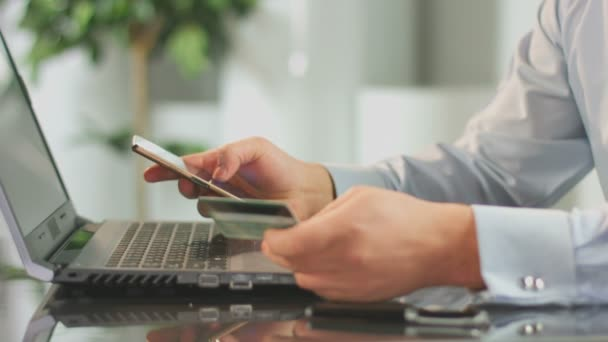 Hombre Insertar número de la tarjeta de crédito en el teléfono móvil, banca en línea — Vídeo de stock