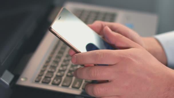 Closeup de manos masculinas desplazamiento, escribiendo mensajes en el smartphone — Vídeo de stock