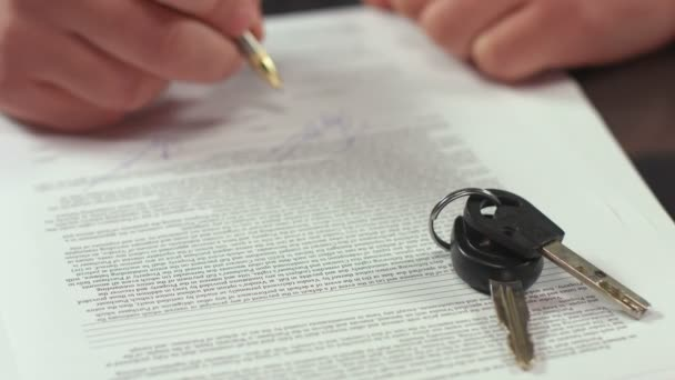 Guy wins apartment keys in national lottery, hand signs contract — Vidéo