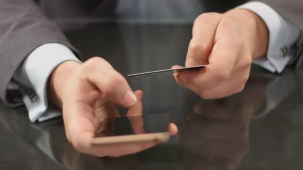 Jefe con banca móvil smartphone, inserción de número de la tarjeta — Vídeo de stock