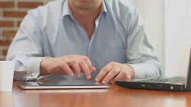 Freelance worker hands typing, sending e-mail from tablet PC — Stock Video