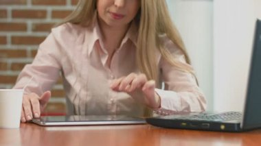 Businesswoman watching presentation, sliding images on tablet PC — Stockvideo