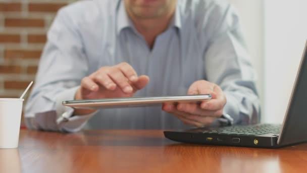 Freelance, empresario Inicio trabajando en Pc de la tableta en café — Vídeo de stock