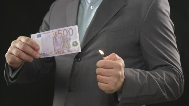 Burning five hundred euro bill, money wasting, spending, loser — Vidéo
