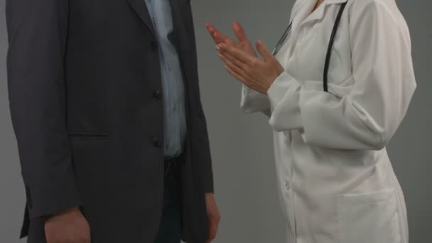 Woman doctor consulting patient. Diagnosis, prescription, advice — Vidéo