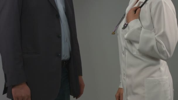 Médico y paciente agradecido estrechan la mano. Tratamiento exitoso — Vídeo de stock