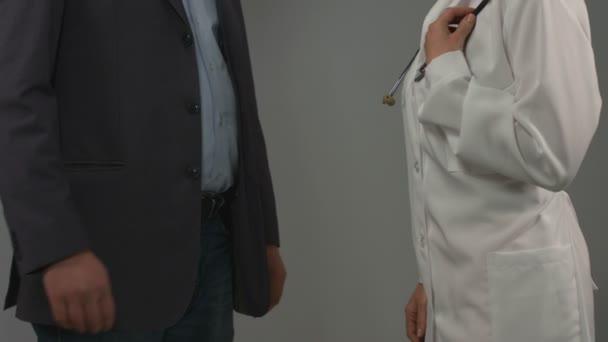 Feliz hombre recuperado expresa gratitud al doctor, estrechándole la mano — Vídeo de stock