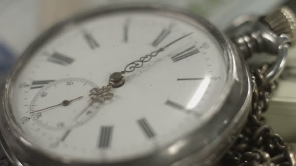 Pocket watch dial closeup, hands moving. Time flying by, history — Vidéo