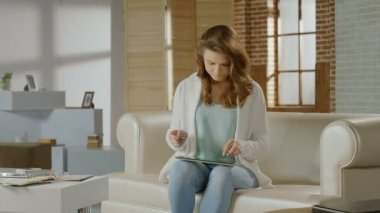 Beautiful woman inserting card number on tablet, online banking — Vídeo de stock