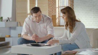 Wife husband planning family budget, finances, going bankrupt — Vídeo stock