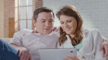 Couple viewing photos on tablet, choosing items in online shop — Stock Video