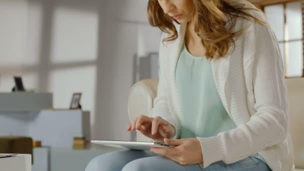 Estudiante femenina ocupada trabaja activamente en tablet Pc, tecleando rápidamente — Vídeo de stock
