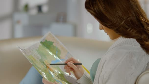 Pretty lady planning trip for weekend, vacation, studying map — Vidéo