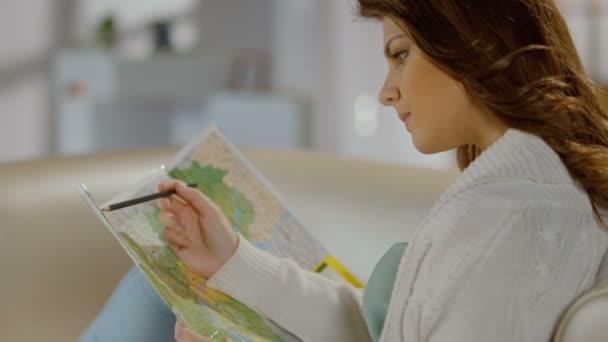 Mujer joven comprobando la ruta en mapa turístico planificación de viaje — Vídeo de stock