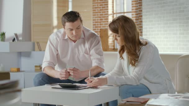 Couple calculating income and expenses, low family budget, money — Vidéo