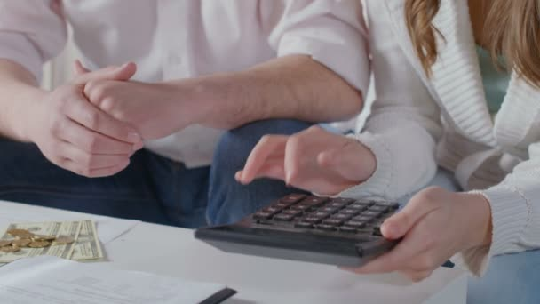 Family counting income and expenses. Loans, taxes, utilities — Vídeo de stock