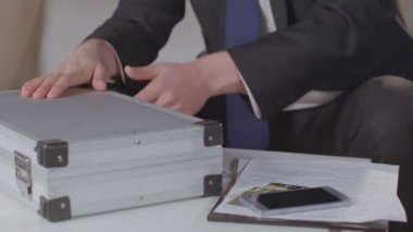 Closeup male hands open briefcase with money, take dollar packs — Vídeo stock