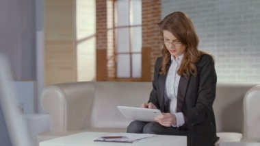 Woman financial analyst working on tablet, smiling for camera — Stock Video