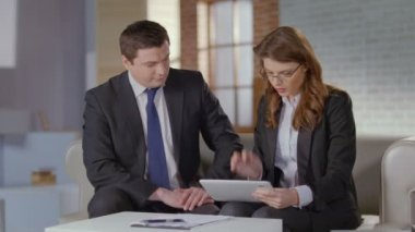 Female employee presenting report on tablet to boss, slow motion — Stockvideo