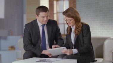Female assistant discussing business plan with CEO, slowmotion — Stock Video