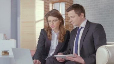 Female secretary showing report to boss, business meeting slowmo — Stock Video
